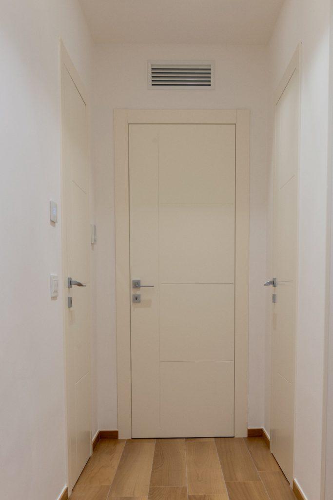 Porta interna laccata bianca incisa